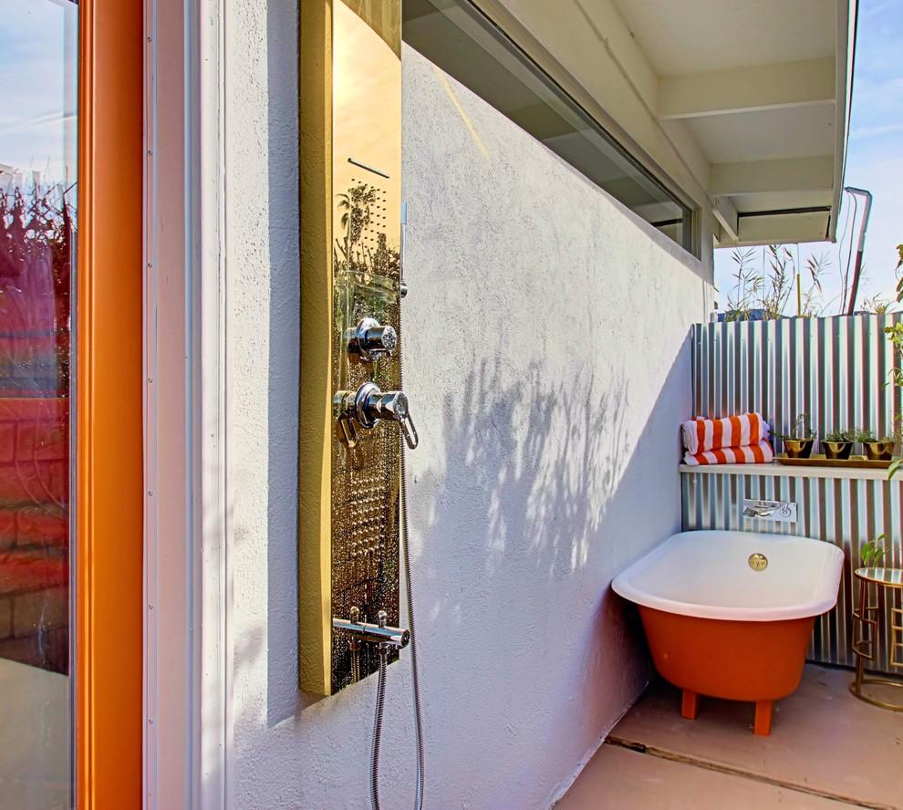 Imagen de patio ecléctico, de tamaño medio, en anexo de casas, con ducha exterior