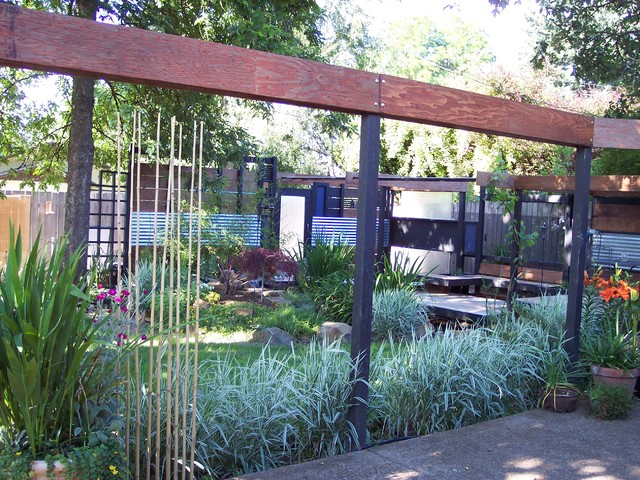Backyard oasis using all recycled materials for Garden ideas using recycled materials
