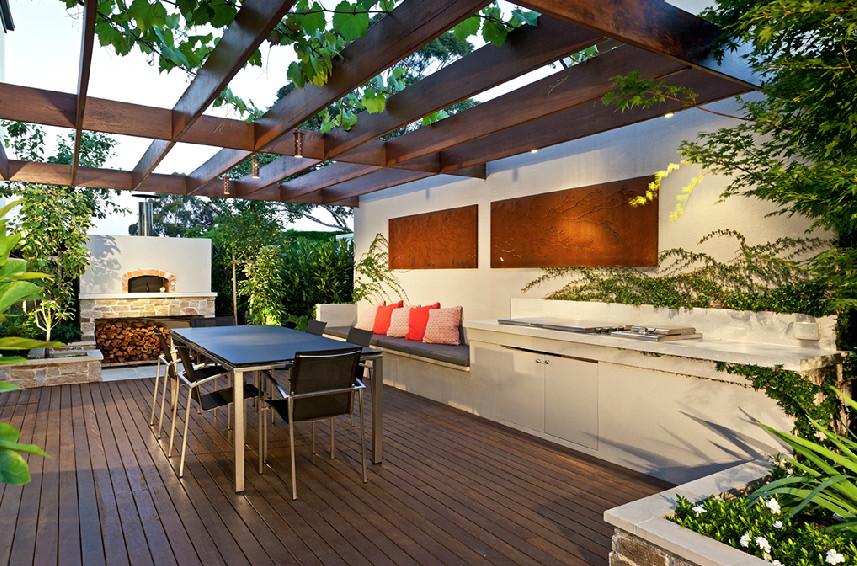 Diseño de patio actual, pequeño, en patio trasero, con entablado
