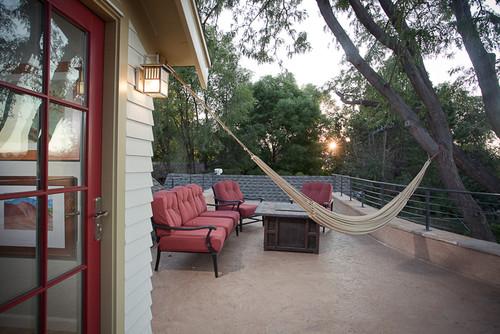 hamaca colocada en el patio de la casa