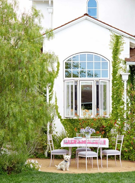 Beach cottage shabby chic style patio los angeles for Beach cottage exterior design