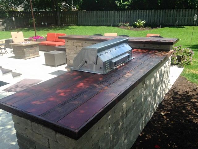 Built in outdoor grill and bar with barn wood counter top for Diy outdoor bar top