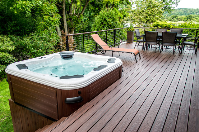 Bullfrog spa 462 hot tub with trex decking and cable rail for Spa et patio