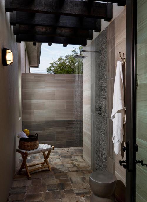Douche extérieure de style moderne près de son gym maison