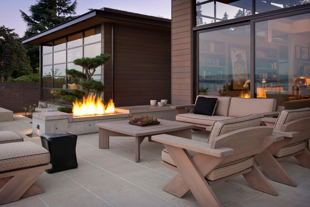 Foto di un patio o portico minimal con un focolare e nessuna copertura