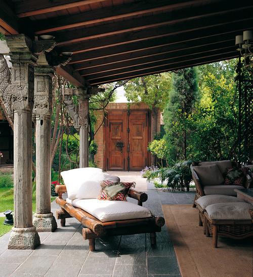Mediterranean Style Patio: Columnas De Piedra, Granito Y Caliza Recuperadas. Solo En