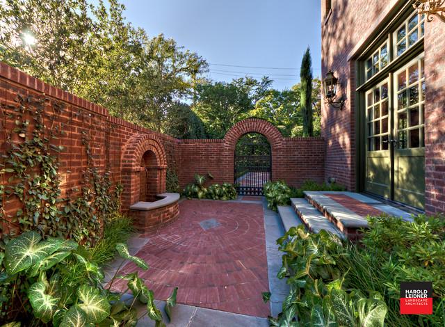 Private residence english tudor estate garden for Amenagement petite cour maison