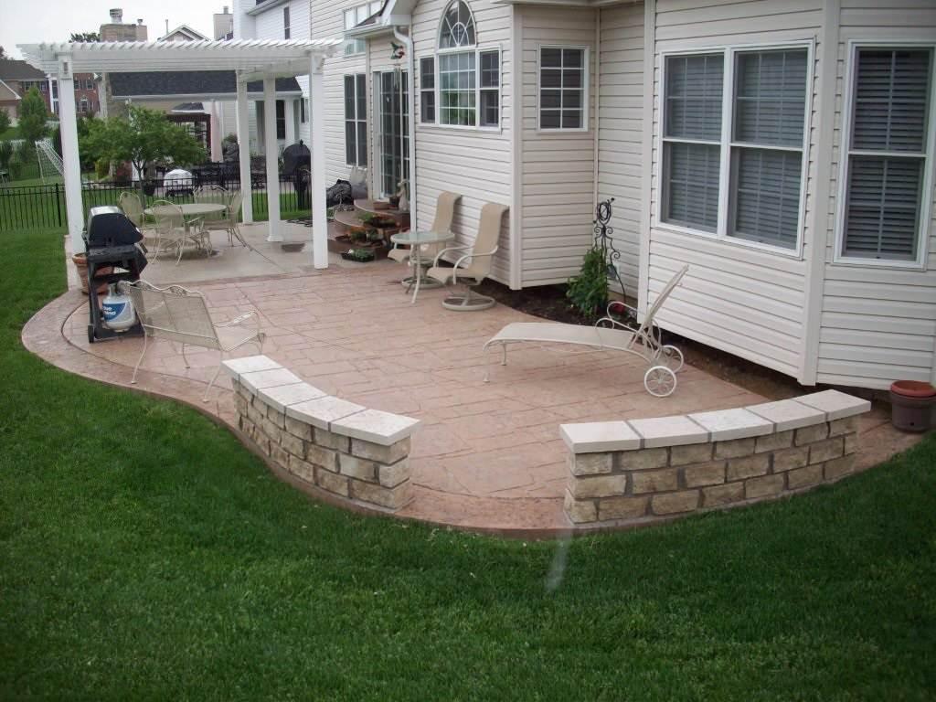 Fenton, Missouri stamped concrete back patio with stone masonry sitting walls