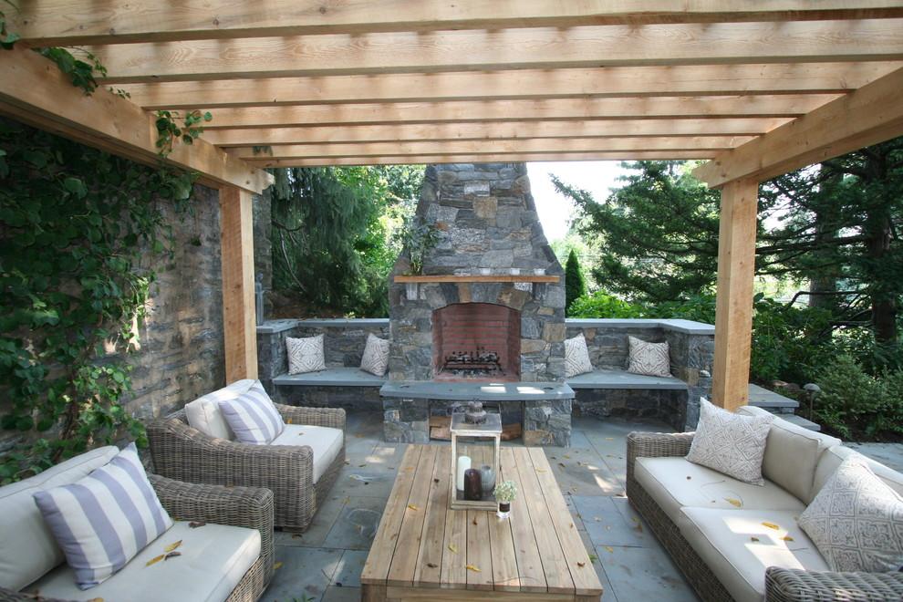 Modelo de patio clásico con brasero y pérgola