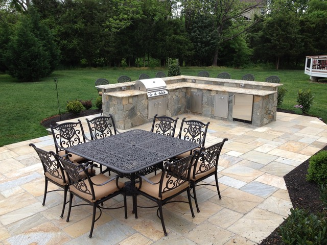 Flagstone patio w outdoor kitchen traditional patio for Outdoor kitchen ideas houzz