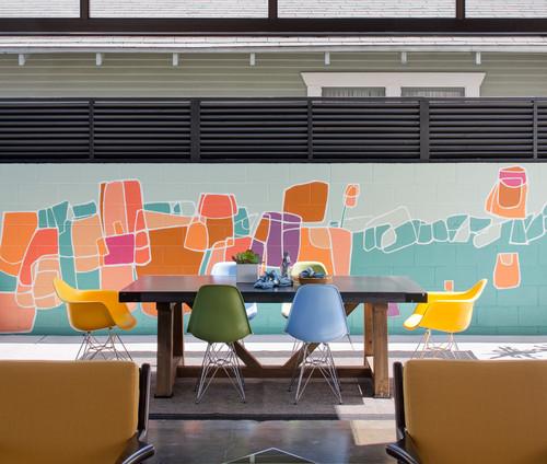 Fresque pop et dynamique sur un mur extérieur.