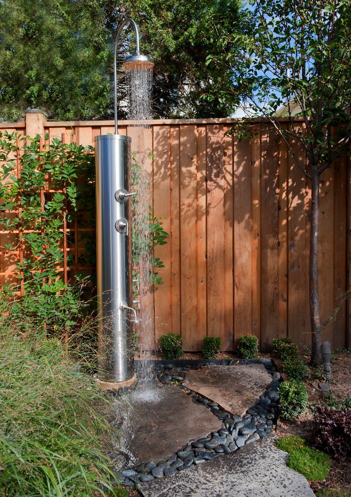 Example of an urban outdoor patio shower design in Toronto