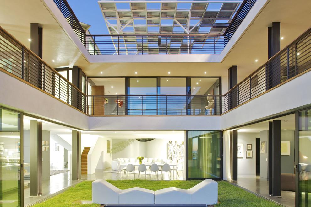 Patio - modern courtyard patio idea in Los Angeles