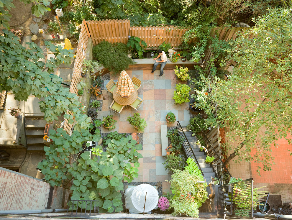 Example of a classic courtyard patio design in New York