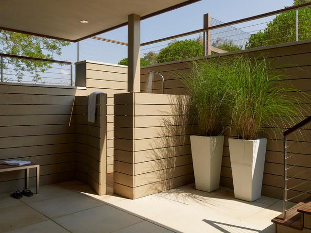 Inspiration för moderna uteplatser, med takförlängning och utedusch