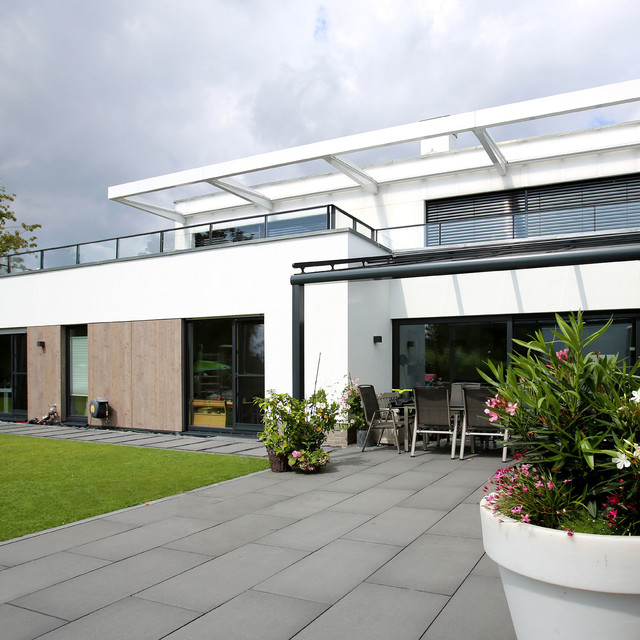 leuchtender diamant neubau einfamilienhaus modern deck. Black Bedroom Furniture Sets. Home Design Ideas