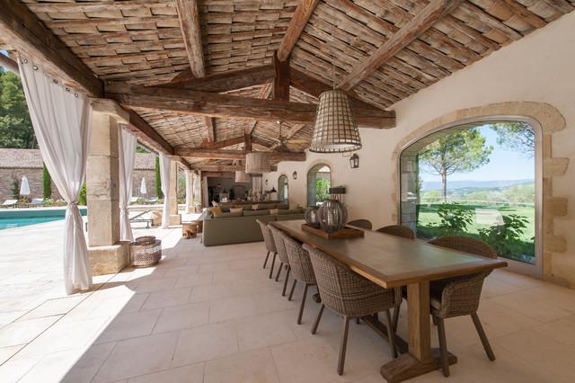 Idées déco pour une très grande terrasse méditerranéenne avec une extension de toiture.