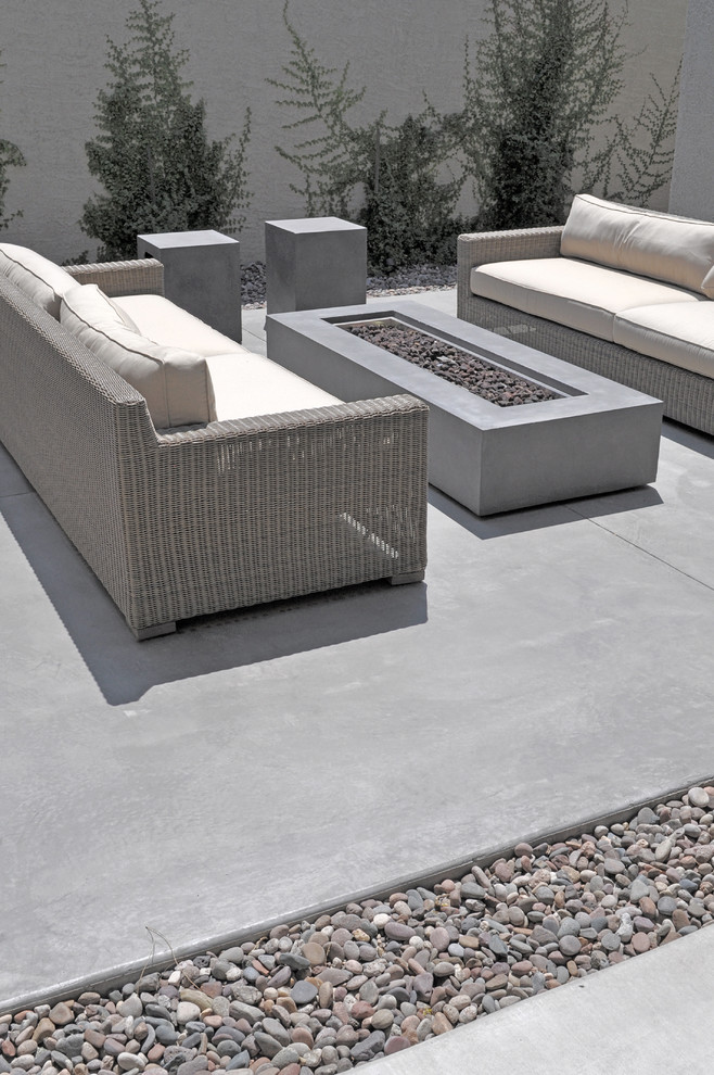 Example of a mid-sized trendy backyard concrete patio fountain design in Las Vegas with no cover