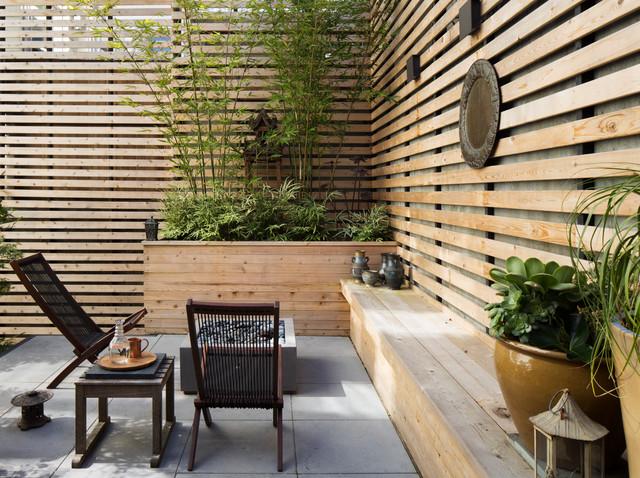 Diseño de patio asiático, sin cubierta, con brasero y adoquines de hormigón