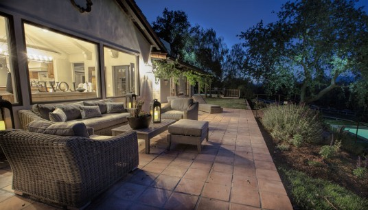 Example of a cottage patio design in Santa Barbara