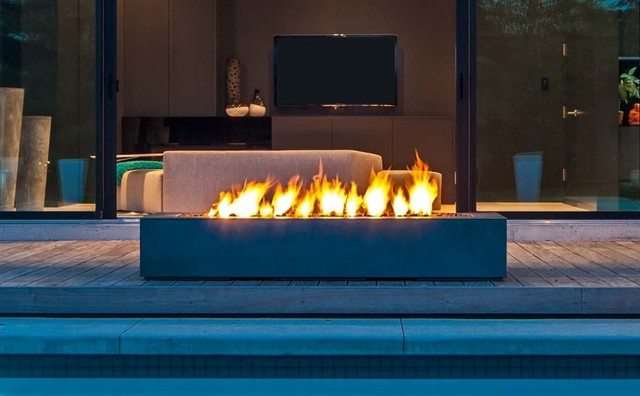 Modern patio design with rectangular outdoor fireplace for Outdoor modern fire pit