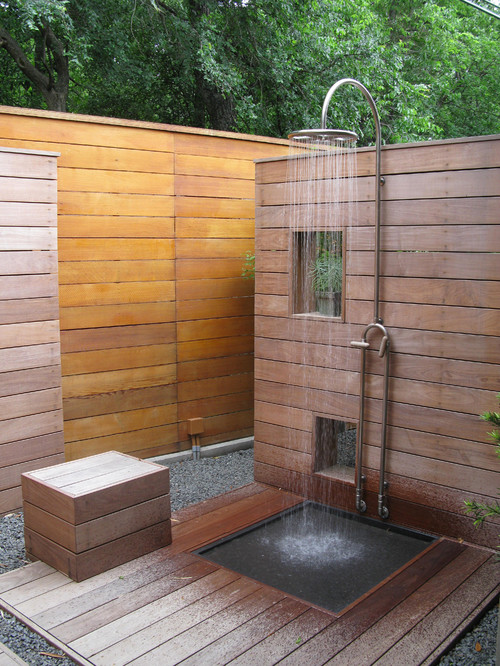 ducha al aire libre con deck de madera