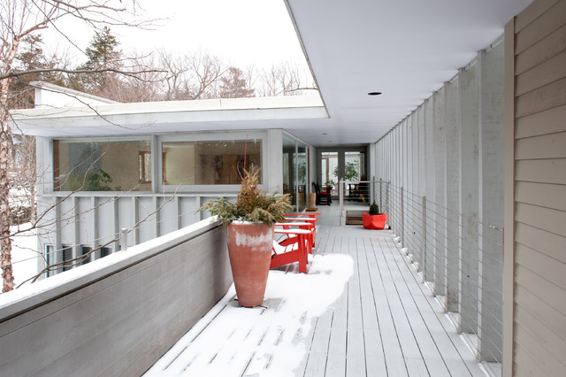 A Lakeside Contemporary Spreads its Wings contemporary-patio