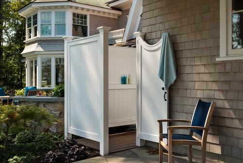 Douche aménagée à l'extérieur de la maison pour l'entraînement extérieur maison