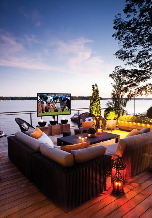 Coin cinéma maison sur le balcon avec écran plat extérieur