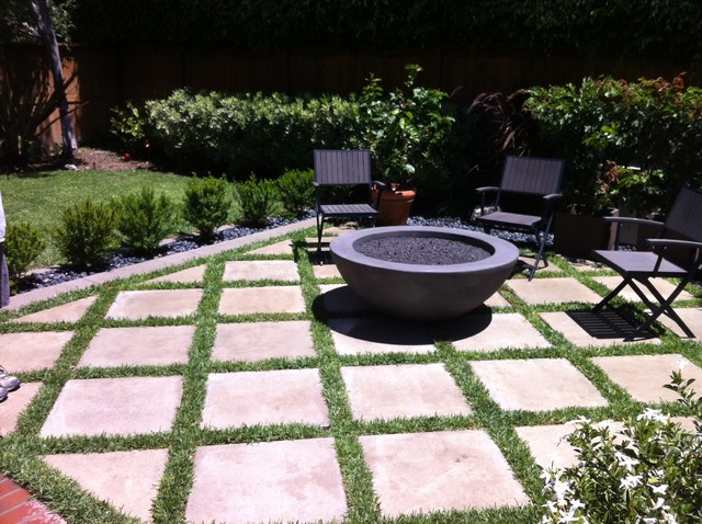 Outdoor Fire Pit With Concrete Grass Pavers Moderno