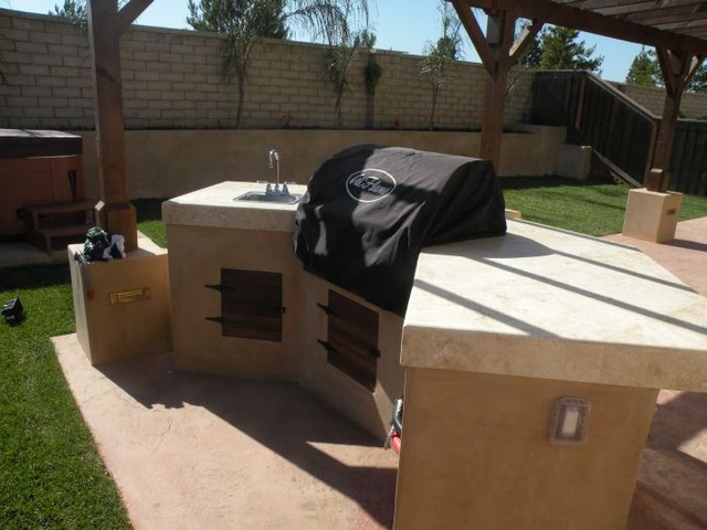 Outdoor fireplace and wet bar contemporary-patio