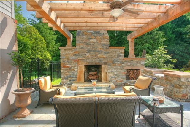 Outdoor fireplaces outdoor living spaces for Outdoor living areas with fireplaces