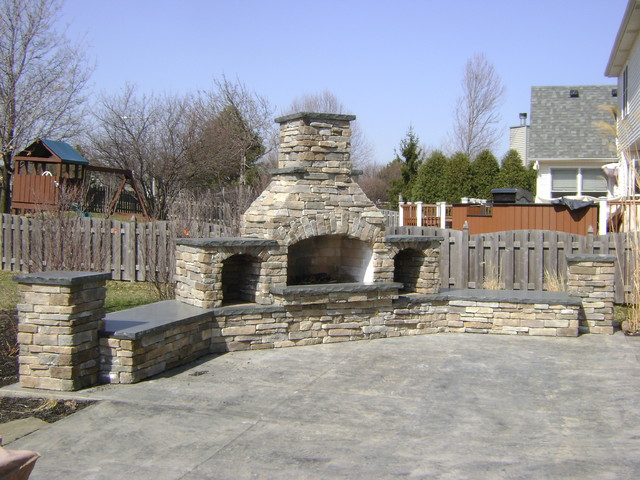 Outdoor kitchen and family room traditional-patio