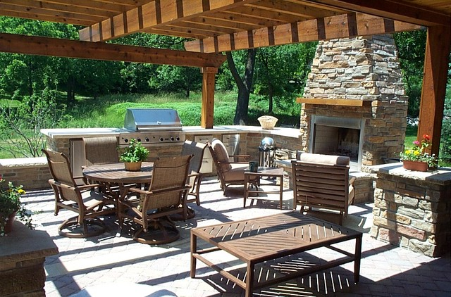 Outdoor Kitchen & Living Space traditional-patio