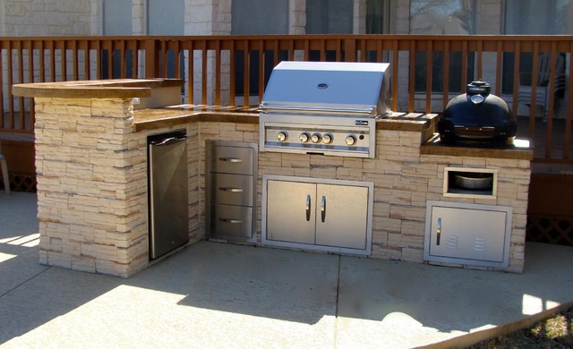 Outdoor kitchen by FLO Grills Round Rock Texas Traditional
