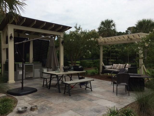 Outdoor kitchen craftsman patio charleston di for Portico laterale in stile casa in stile charleston