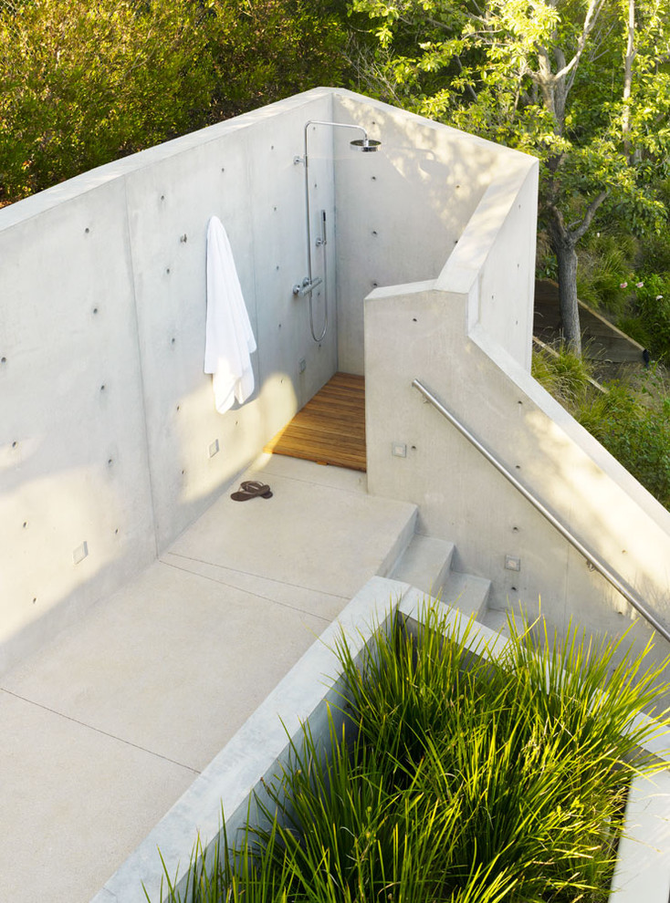 Inspiration for a modern outdoor patio shower remodel in Los Angeles