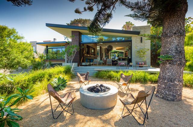 Diseño de patio retro, sin cubierta, en patio trasero, con brasero y gravilla