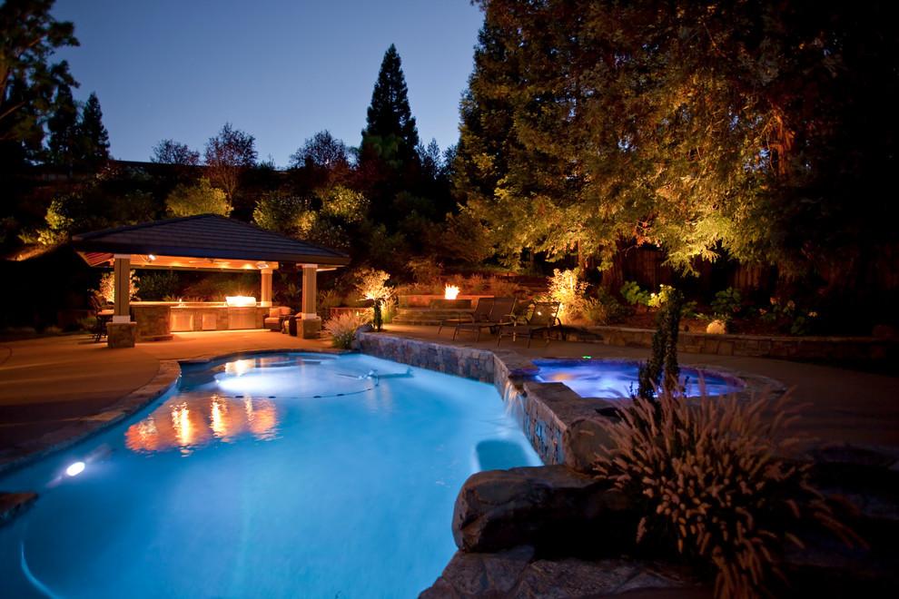 Ejemplo de patio tradicional, de tamaño medio, en patio trasero, con cocina exterior, adoquines de piedra natural y cenador