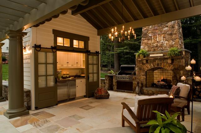 Diseño de patio tradicional con cocina exterior y pérgola