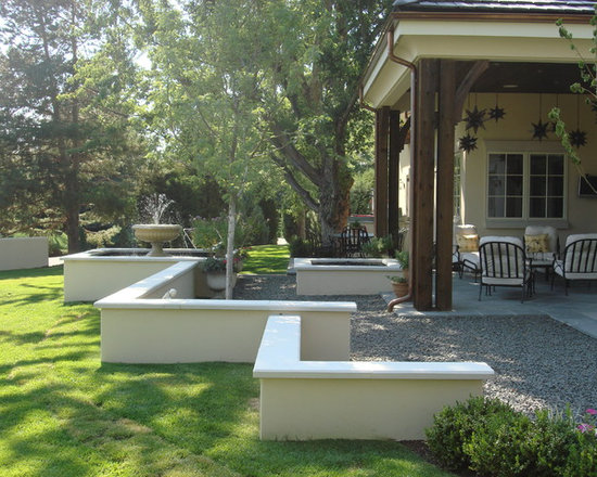 Mid sized retaining wall stucco home design ideas for Stucco garden wall designs