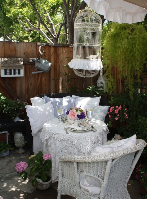 Romantic cottage garden shabby chic patio for Decoration jardin shabby