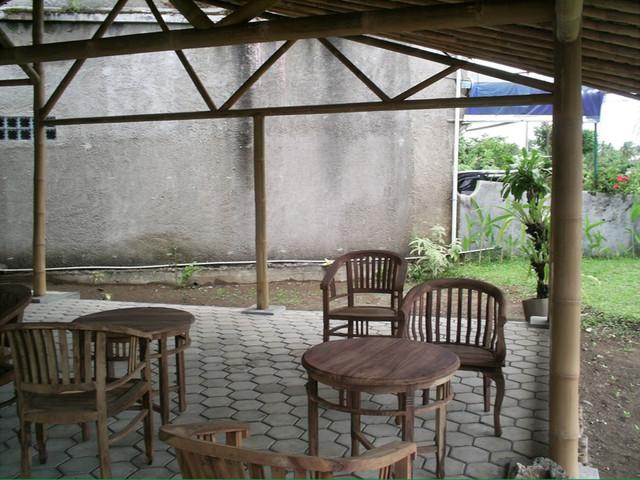 Rumah Miring tropical-patio