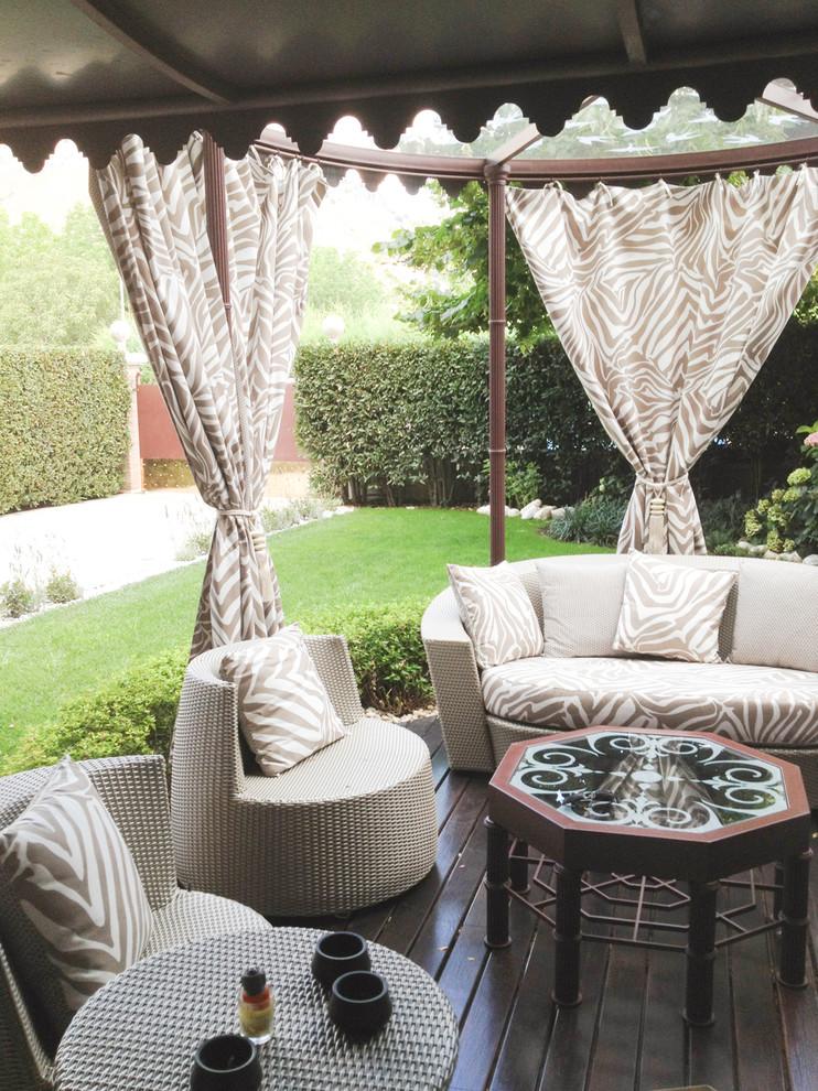 Immagine di un patio o portico tradizionale con pedane