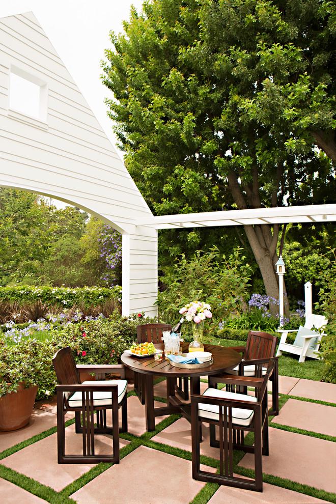 Ispirazione per un patio o portico chic di medie dimensioni e davanti casa con nessuna copertura