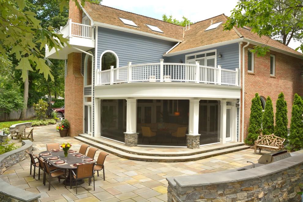 Foto de patio tradicional, grande, en patio trasero y anexo de casas, con brasero y adoquines de piedra natural