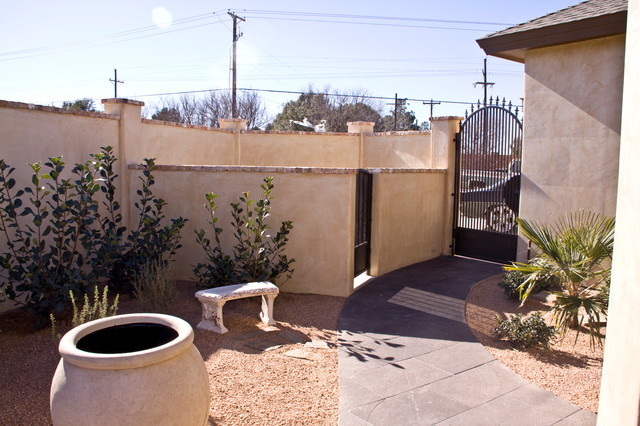 Example of a tuscan side yard decomposed granite patio design in Austin