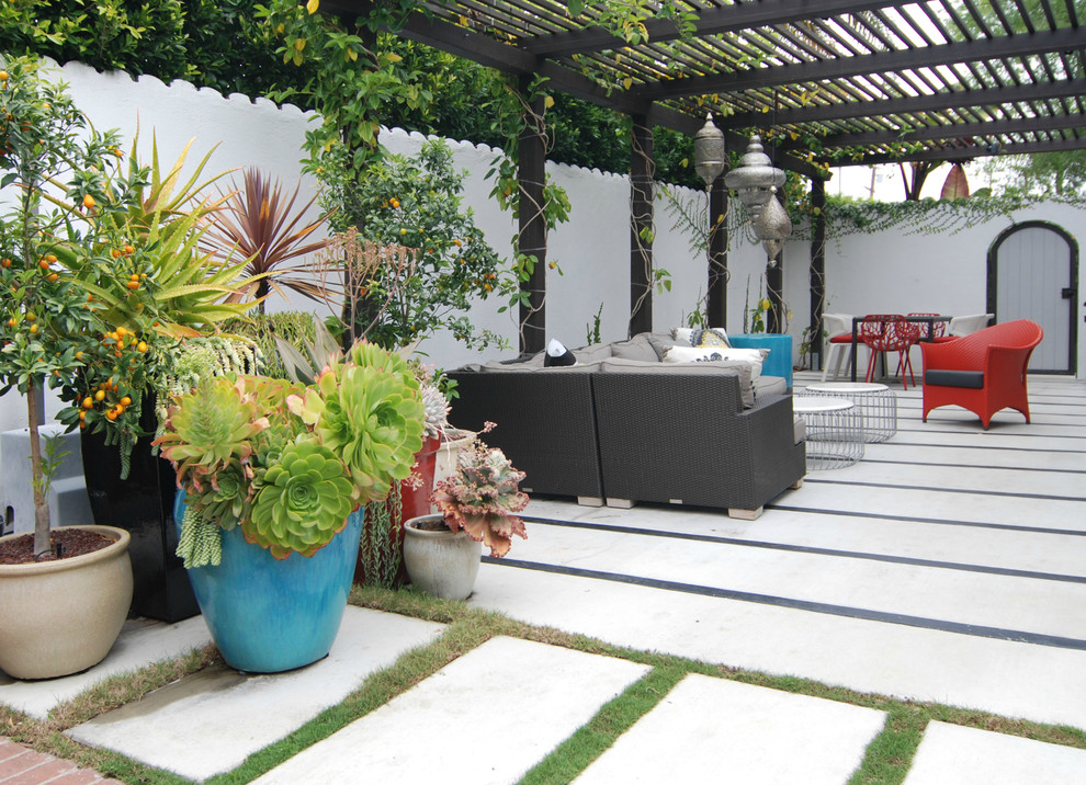 Trendy courtyard patio photo in Los Angeles with a pergola