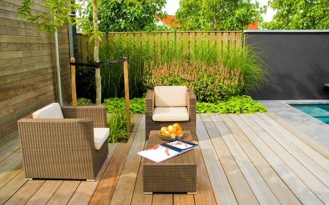 Strakke tuin met zwembad en zwarte muur modern exterior amsterdam by stoop tuinen - Outdoor decoratie zwembad ...