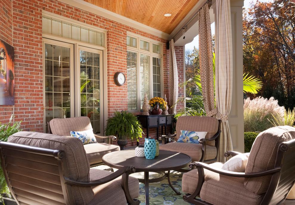 Foto di un patio o portico classico con un tetto a sbalzo